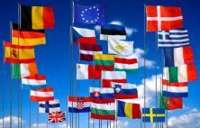 Drapeaux des Etats membre de l'Union européenne à 28 pays et drapeau européen (au 1er juillet 2013)